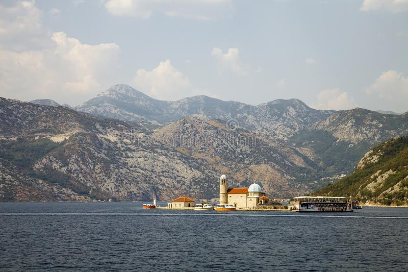 Igreja de nossa senhora das rochas Louro de Kotor, Montenegro A ilha com uma igreja no Adriático fotos de stock royalty free