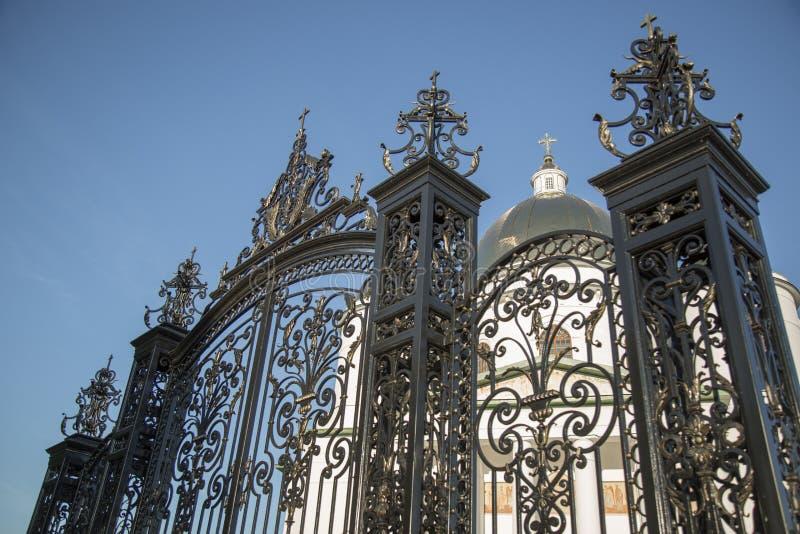Igreja de Othodox com cerca bonita fotografia de stock royalty free