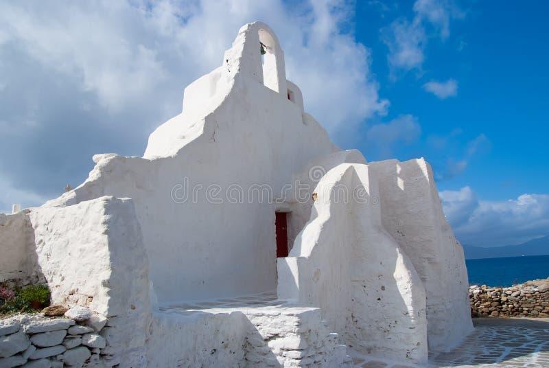 Igreja de Panagia Paraportiani em Mykonos, Grécia Construção da capela com a torre de sino pequena Arquitetura branca da igreja s fotografia de stock