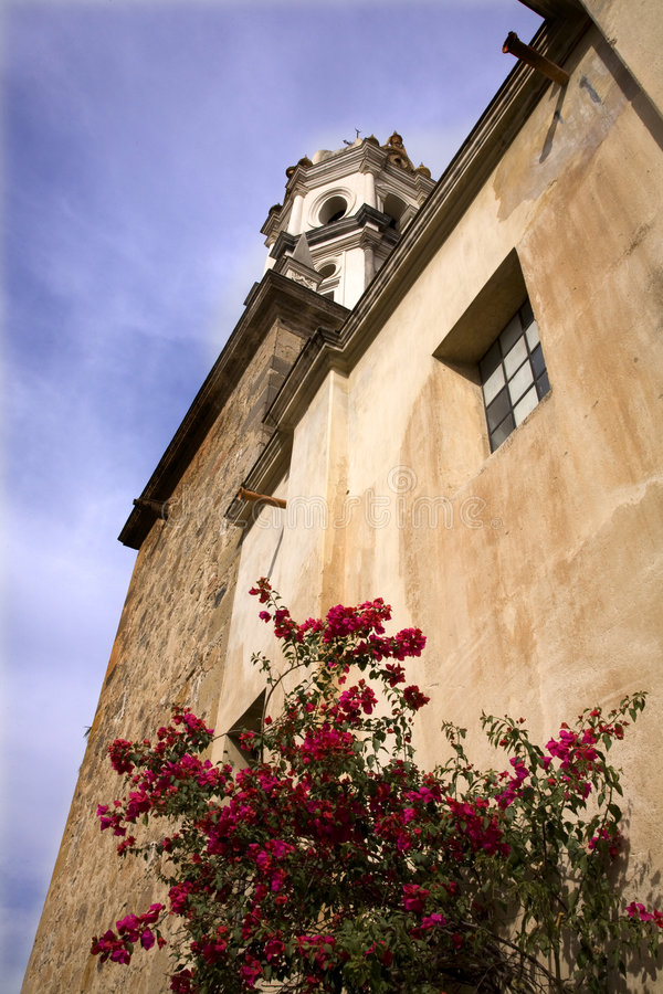 Igreja de pedra branca Bouganvillea vermelho México fotos de stock