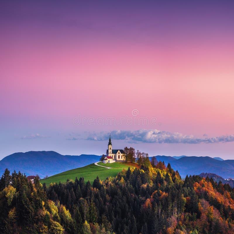 A Igreja de São Leonard fica no monte da Igreja perto da aldeia Crni Vrh foto de stock royalty free