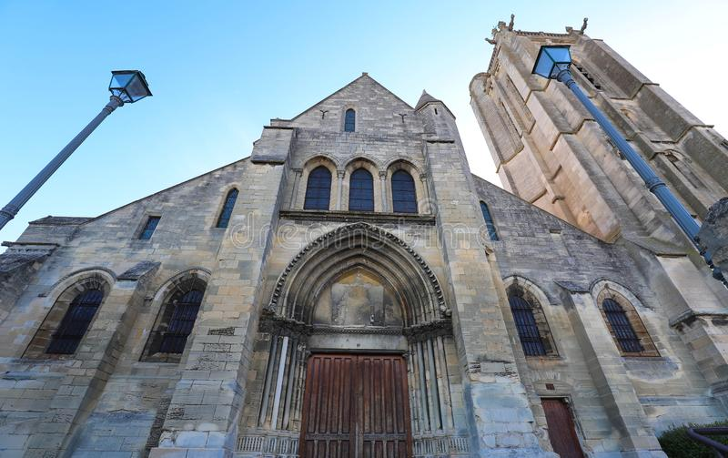 A igreja de Saint Laurent do sur Oise de Beaumont, França fotografia de stock royalty free