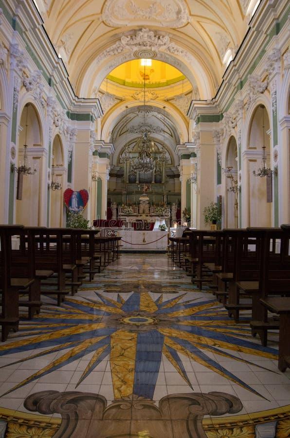 Igreja de San Gennaro em Vettica Maggiore Praiano, Itália Interior da igreja com o altar e muitas decorações imagens de stock royalty free