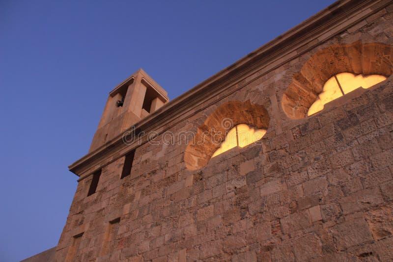 Igreja de San Pedro e de San Pablo no crepúsculo na ilha de Tabarca imagem de stock