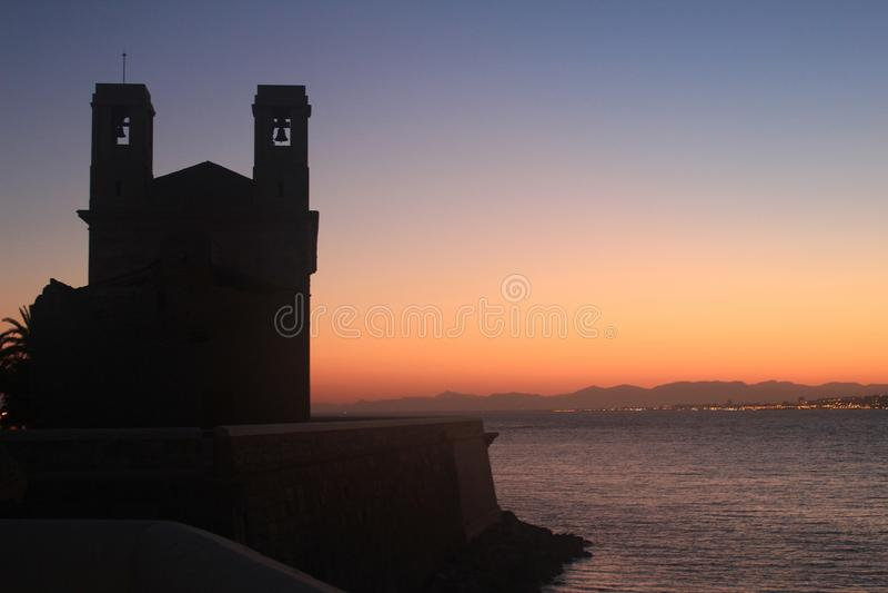 Igreja de San Pedro e de San Pablo no crepúsculo na ilha de Tabarca imagem de stock royalty free
