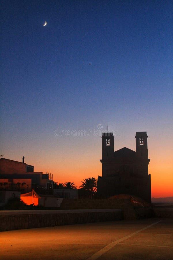 Igreja de San Pedro e de San Pablo no crepúsculo na ilha de Tabarca foto de stock