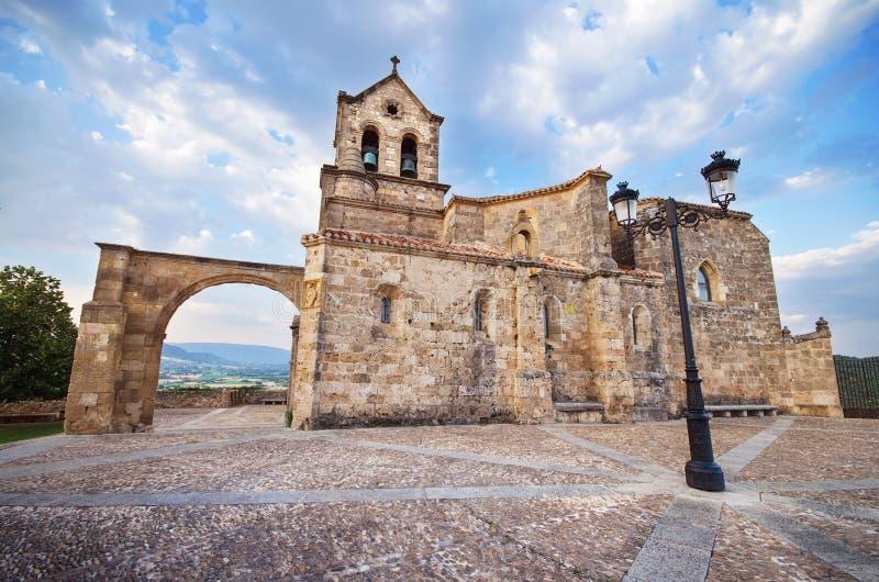 Igreja de San Vicente Martir e de San Sebastian no crepúsculo, em Frias, Burgos, Espanha imagens de stock