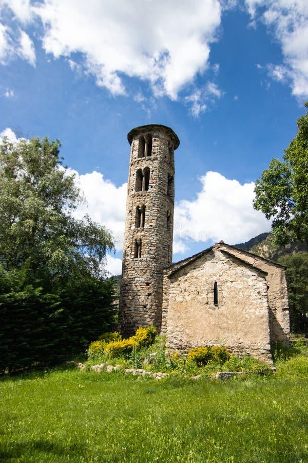 Igreja de Santa Coloma d'Andorra - Pequena igreja de pedra que data do século 9 CE, apresentando uma torre do século 12 imagem de stock