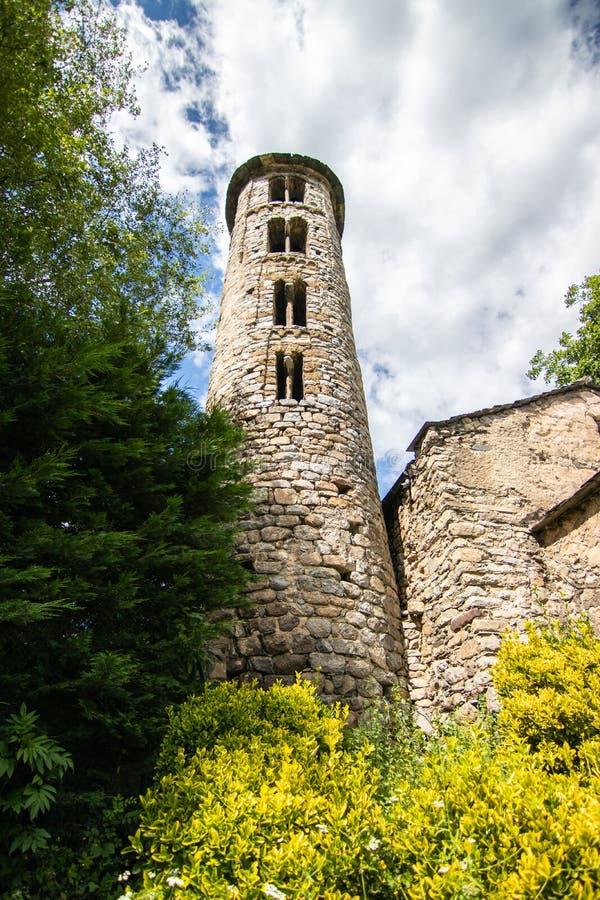 Igreja de Santa Coloma d'Andorra - Pequena igreja de pedra que data do século 9 CE, apresentando uma torre e murais do século 12 foto de stock