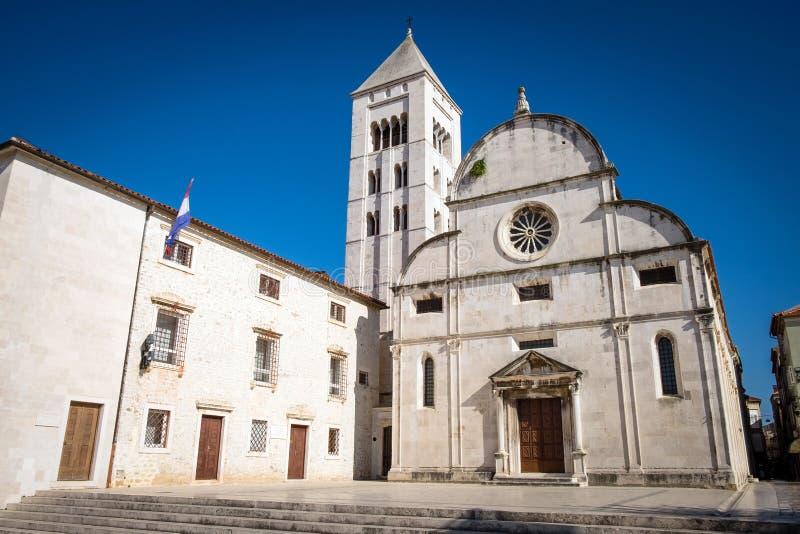 Igreja de Santa Maria com torre de Bell em Zadar imagem de stock royalty free