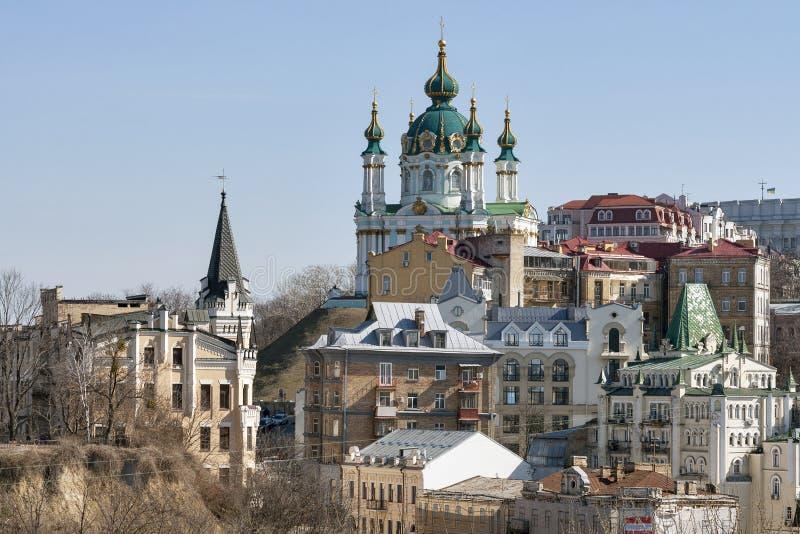A igreja de St Andrew e a descida de Andriyivskyy em Kiev, Ucrânia foto de stock
