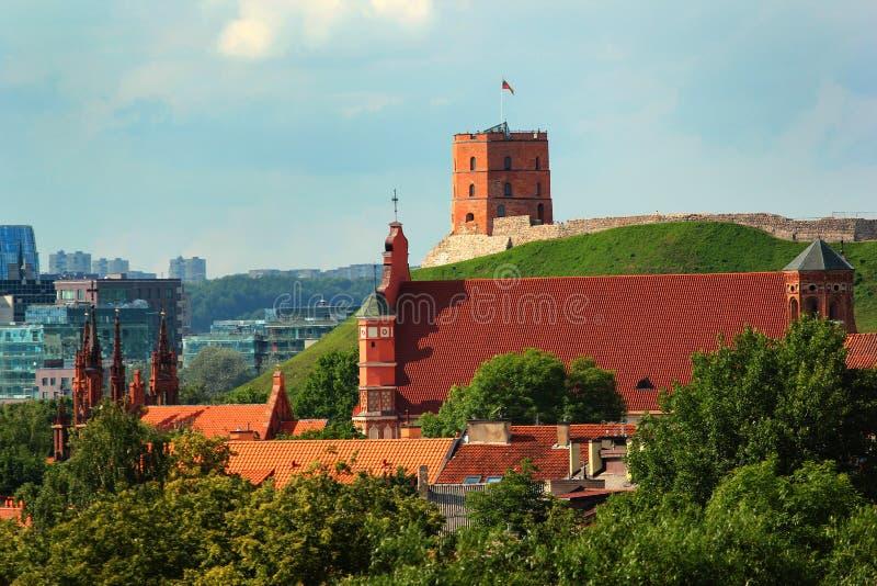 Igreja de St Anne e de torre de Gediminas em Vilnius, Lituânia fotografia de stock