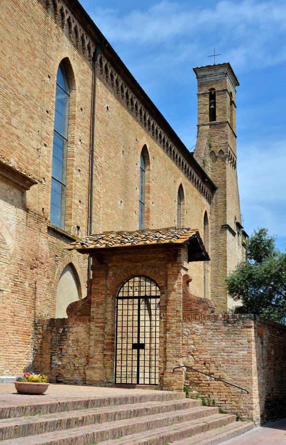 Igreja de St Augustine em San Gigmignano, Toscânia imagens de stock