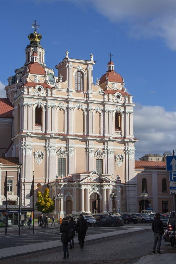 A igreja de St Casimiro ? uma igreja cat?lica romana na cidade velha de Vilnius lithuania imagem de stock