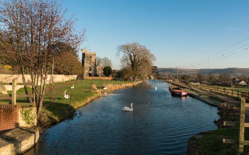 Igreja de St Cyr, Stonehouse e o canal de Stroudwater Perto de Stroud Gloucestershire, imagem de stock
