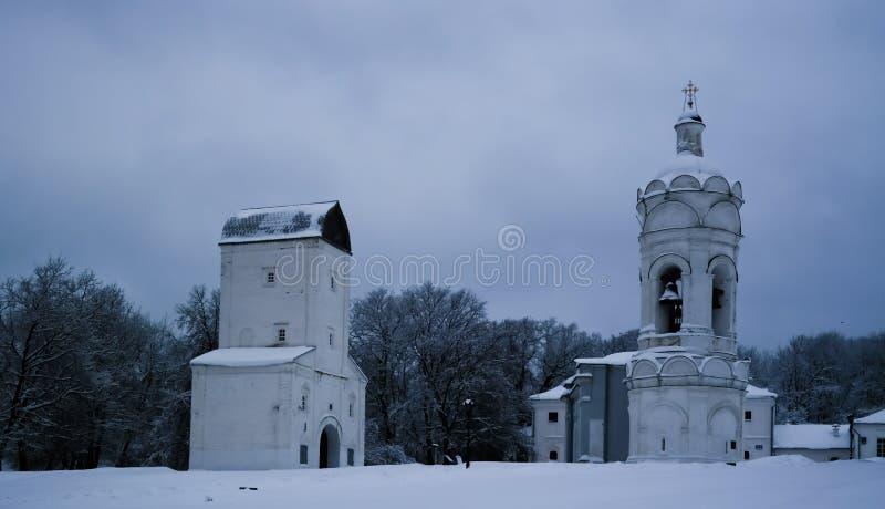 Igreja de St George com belltower, Watertower, e refeitório, Kolomenskoye, Moscou, Rússia foto de stock royalty free