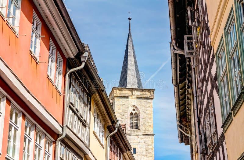 Igreja de St Giles e casas metade-suportadas em Erfurt imagens de stock