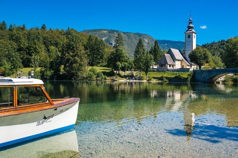 Igreja de St John o batista no lago Bohinj imagens de stock royalty free