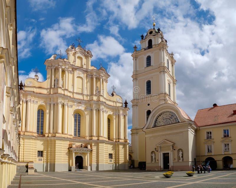 Igreja de St Johns e torre de Bell dentro do conjunto da universidade de Vilnius, Vilnius, Lituânia fotografia de stock
