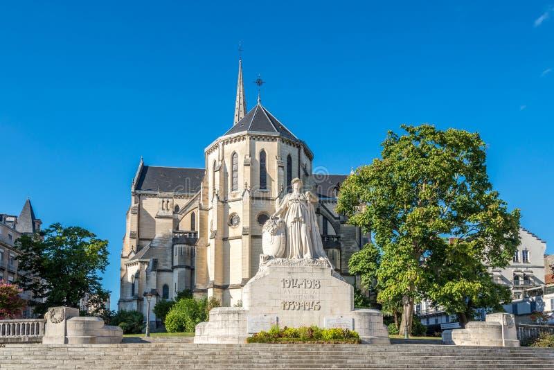 Igreja de St Martin com o memorial de guerra em Pau - França fotografia de stock