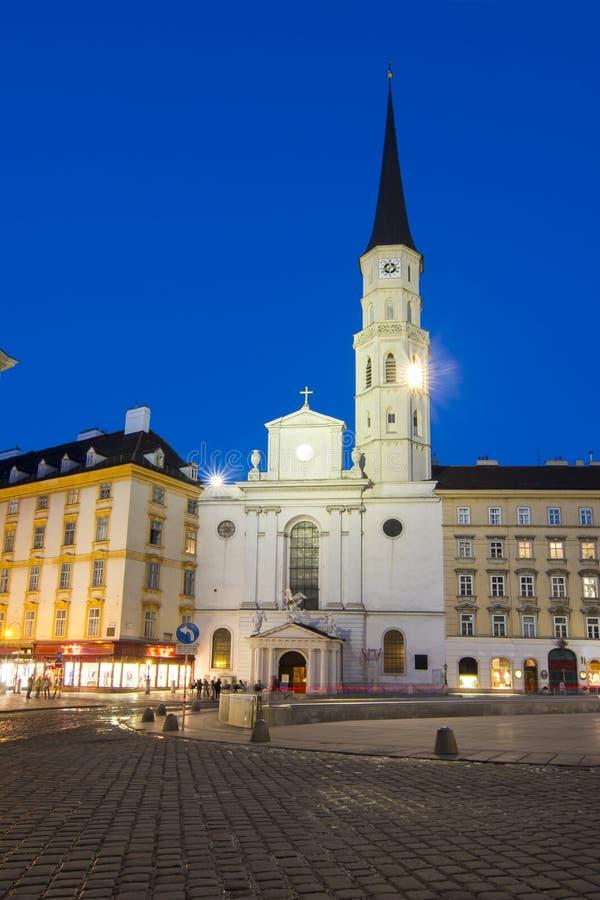Igreja de St Michael na noite em Viena, Áustria fotografia de stock royalty free