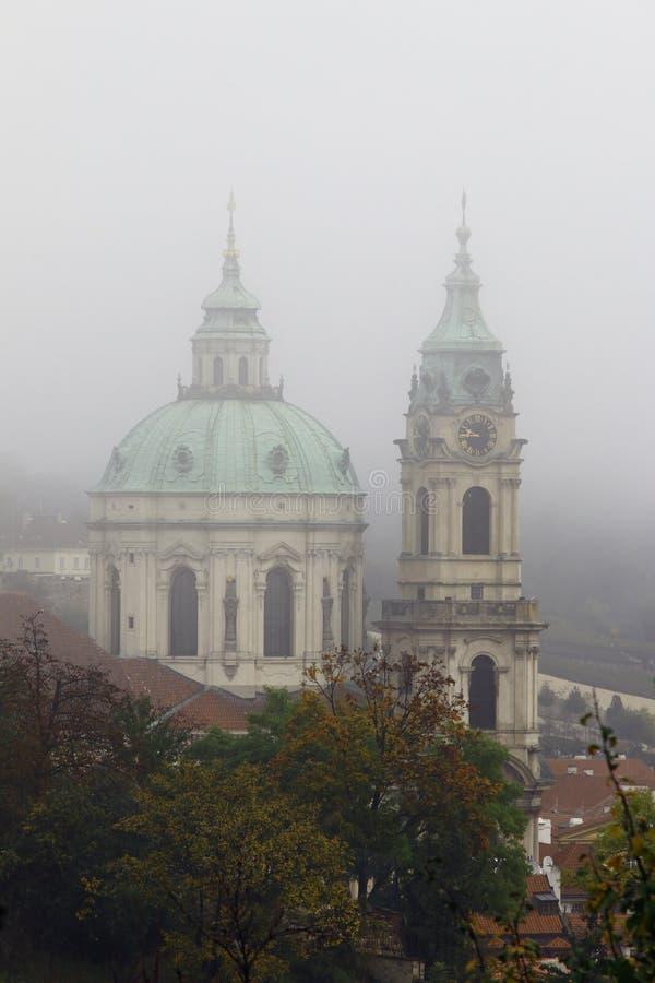 Igreja de St Nikolas na névoa fotos de stock royalty free
