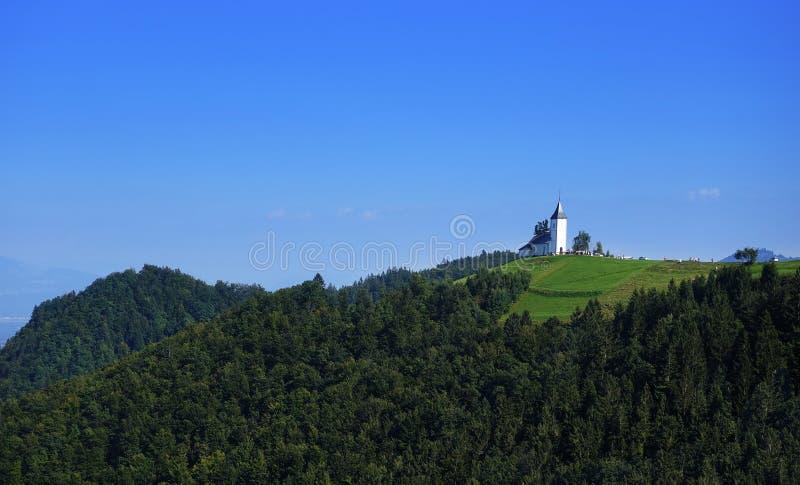 Igreja de St Primoz perto de Jamnik com cumes, Eslovênia, Europa fotografia de stock