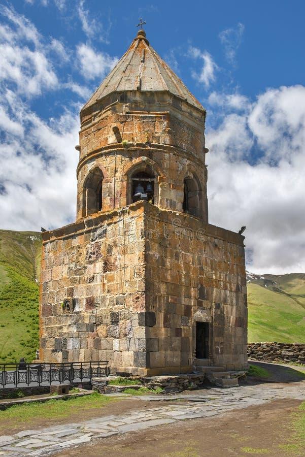 Igreja de trindade de Gergeti, torre de sino velha em Geórgia foto de stock royalty free