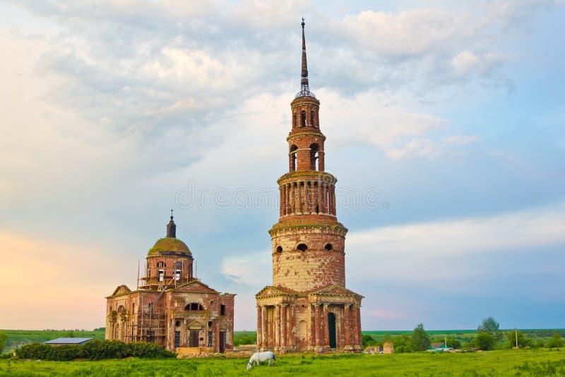 Igreja de trindade e torre de sino abandonadas bonitas na vila Novotroitskoye do russo, região de Lipetsk imagens de stock