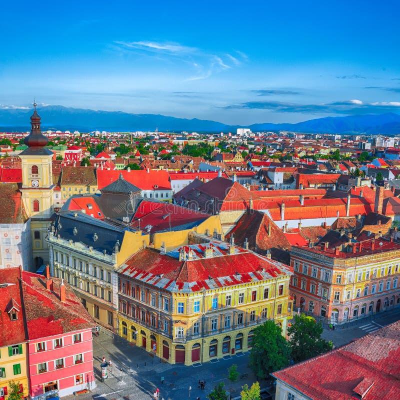 Igreja de trindade santamente e torre do Conselho na cidade de Sibiu, vista da torre de sino de St Mary Cathedral fotos de stock