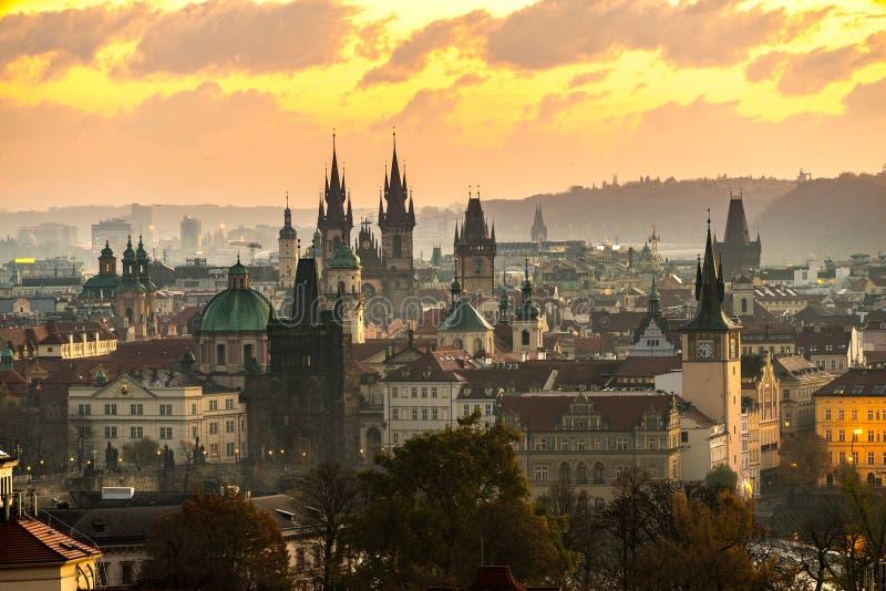 Igreja de Tyn e praça da cidade velha, Praga, República Checa imagem de stock