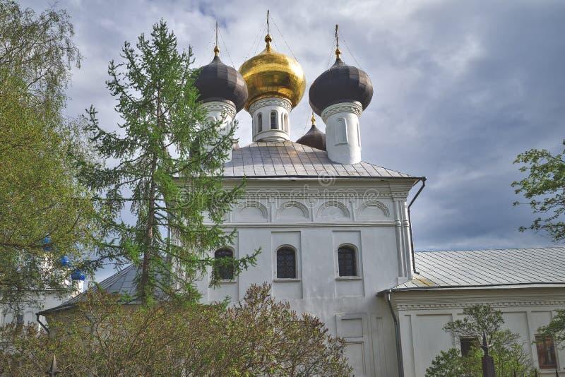 Igreja de Uspenskaya na vila Zavidovo, oblast de Tver, R?ssia foto de stock royalty free