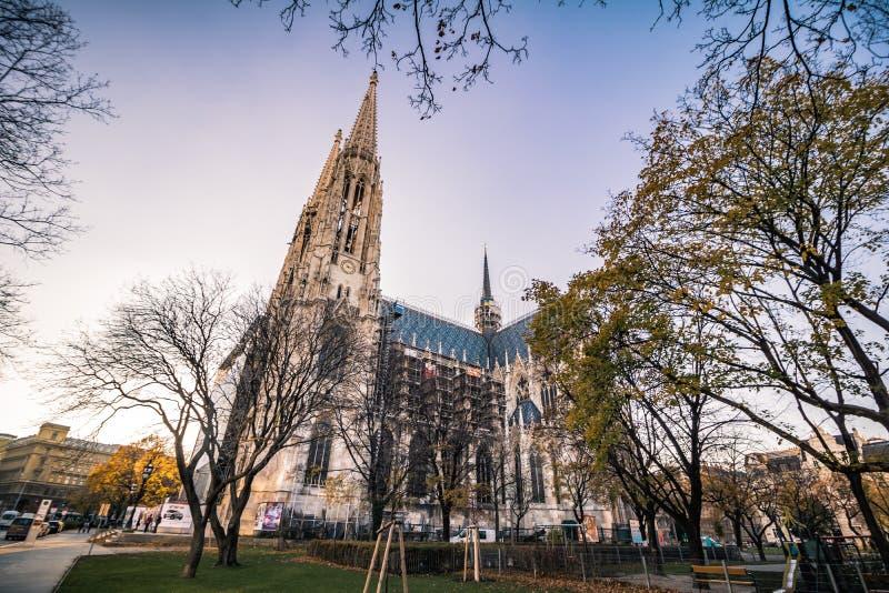 Igreja de Votiv em Sigmund Freud Park em Viena, Áustria imagens de stock