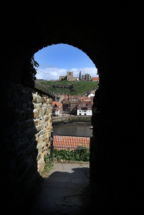 Igreja de Whitby Abbey e de St Mary através do túnel imagem de stock royalty free