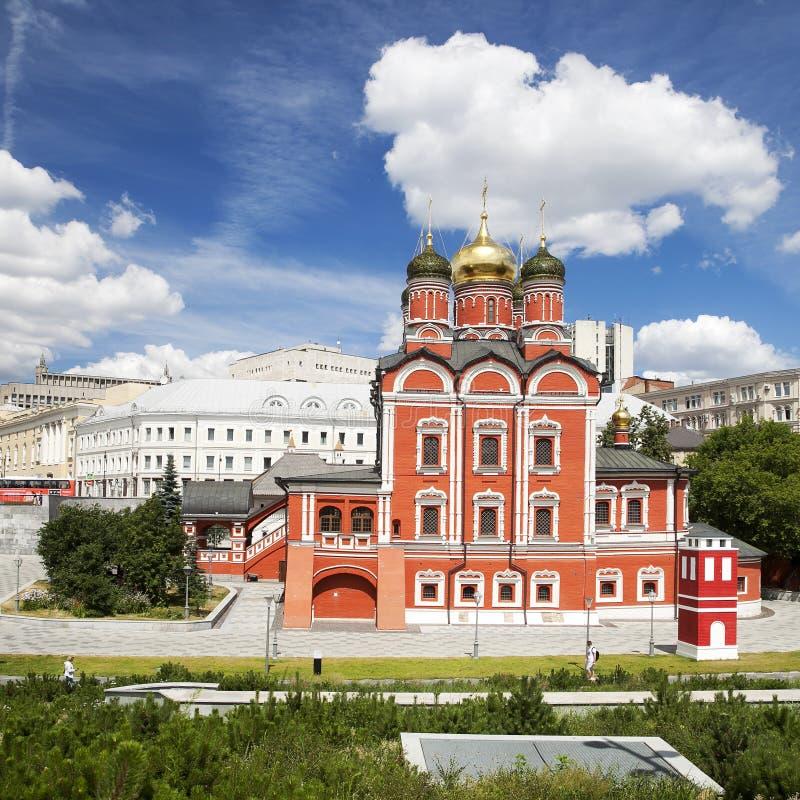 Igreja de Znamensky do antigo monast?rio de Znamensky Arquitetura do parque de Zaryadye em Moscou Foto da noite da cor imagens de stock
