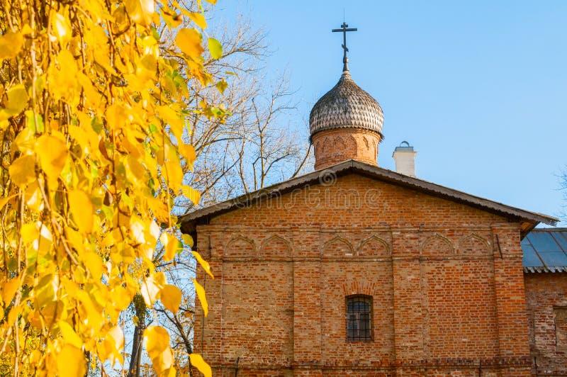 Igreja do aviso no mercado em Veliky Novgorod, Rússia Opinião do outono imagens de stock
