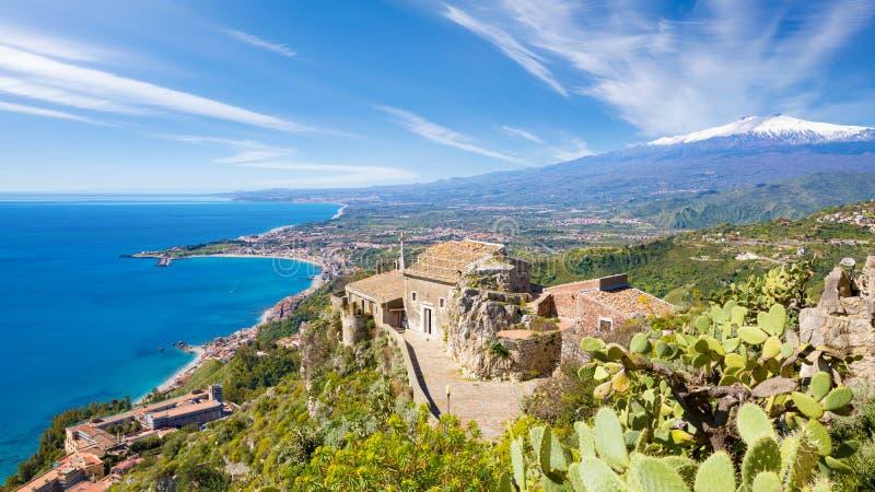 Igreja do della Rocca de Madonna no vulcão de Taormina, de Sicília, de Itália e de Etna fotografia de stock royalty free