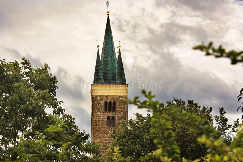 Igreja do Espírito Santo Castelo antigo com torre Telc, República Checa foto de stock royalty free
