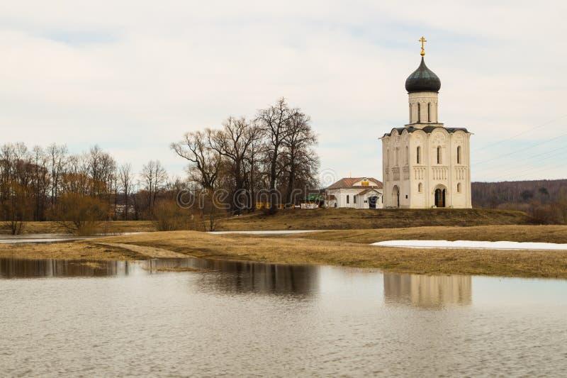 A igreja do Intercession da Virgem Santa no rio de Nerl Paisagem da mola fotografia de stock