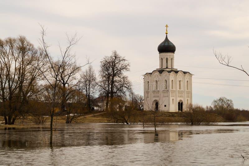 A igreja do Intercession da Virgem Santa no rio de Nerl Paisagem da mola foto de stock