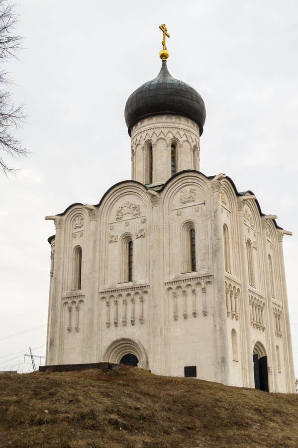 A igreja do Intercession da Virgem Santa no rio de Nerl Paisagem da mola fotos de stock