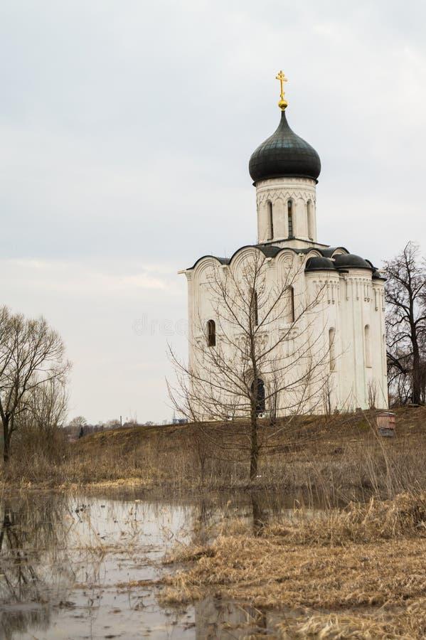 A igreja do Intercession da Virgem Santa no rio de Nerl Paisagem da mola fotos de stock royalty free