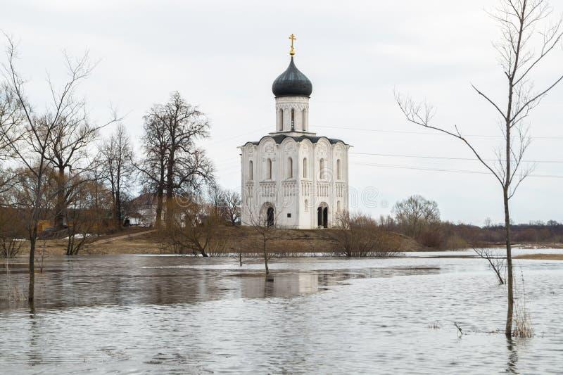 A igreja do Intercession da Virgem Santa no rio de Nerl Paisagem da mola imagens de stock