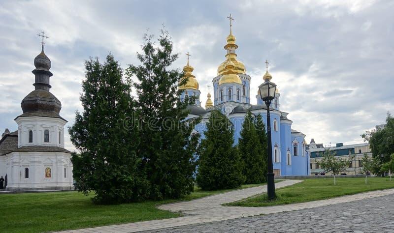 A igreja do refeitório de Kiev de St John procura água com varinha de rabdomante e da catedral Dourado-abobadada de St Michael foto de stock