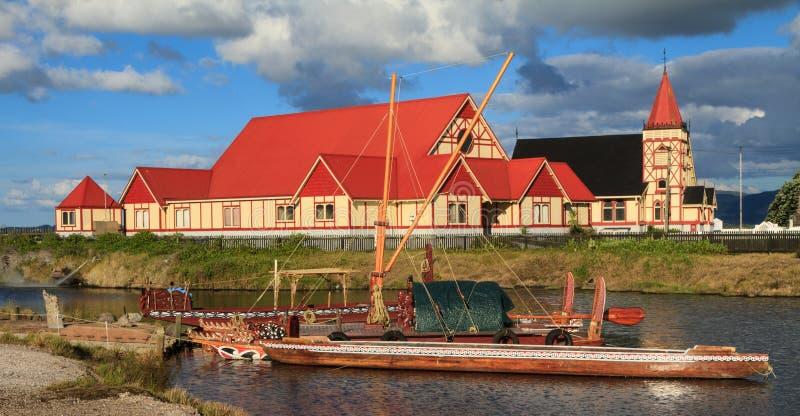 Igreja do ` s da fé de Saint e Maori Canoes, Rotorua, NZ imagens de stock