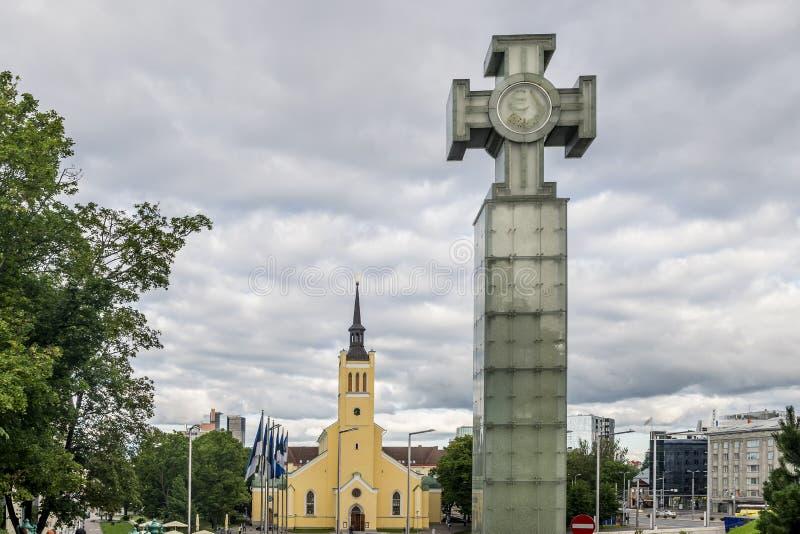 Igreja do ` s da guerra da independência Victory Column e do St John na cidade velha de Tallinn, Estônia imagem de stock