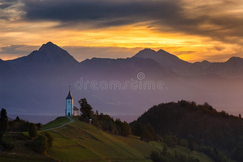 Igreja do St Primoz em Yamnik no nascer do sol imagens de stock royalty free