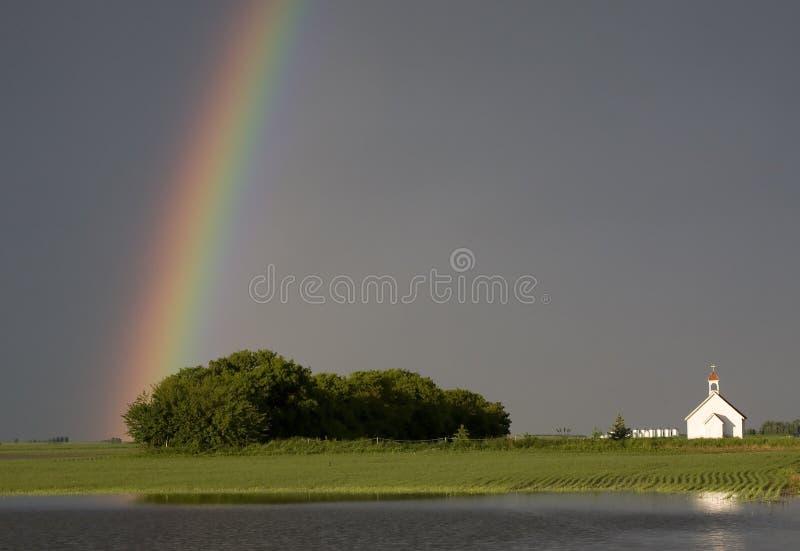 Igreja e arco-íris do país imagens de stock royalty free