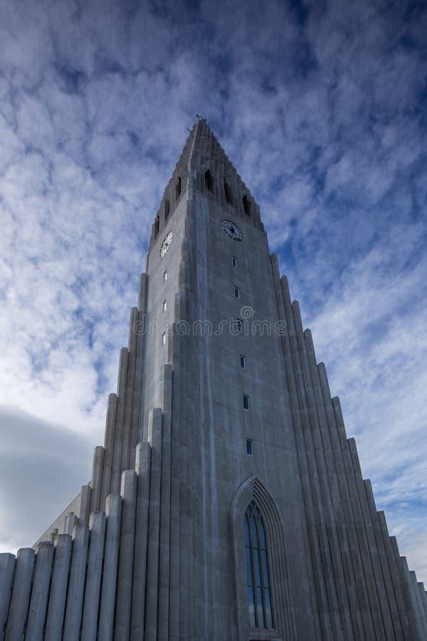 Igreja e céu dramático fotografia de stock