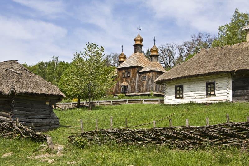 Igreja e casas de madeira, Ucrânia imagem de stock royalty free